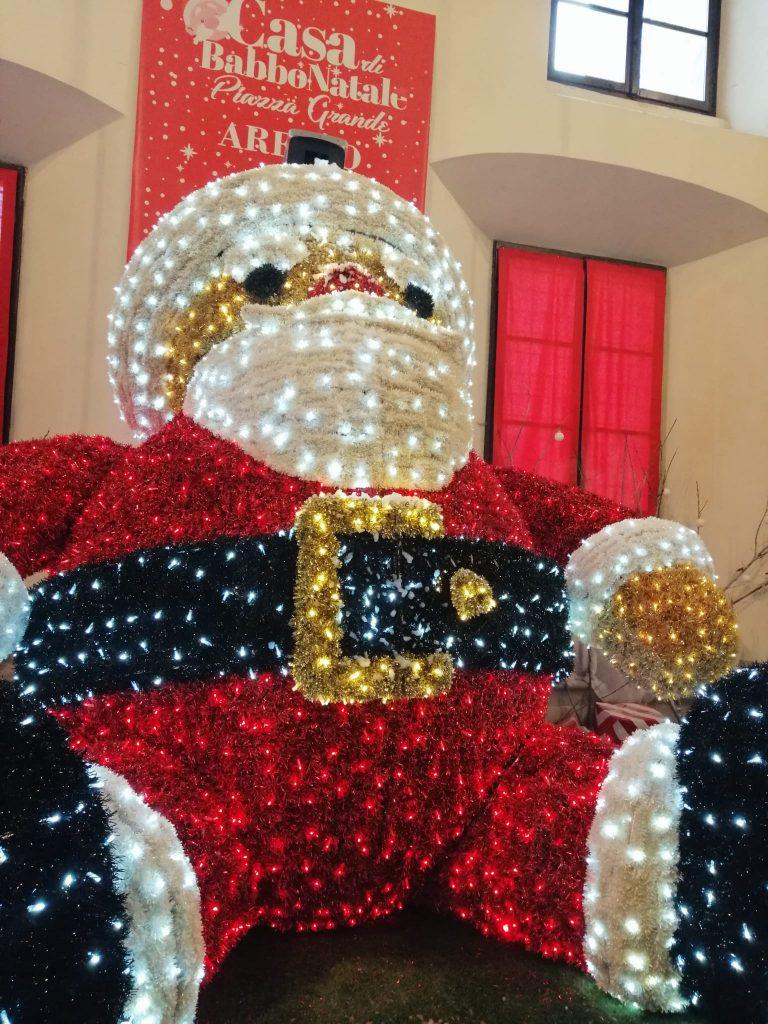 Casa di Babbo Natale ai mercatuìini di Natale di Arezzo