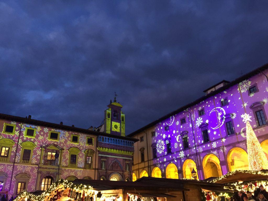 Gioco di luci in Piazza Grande durante i mercatini di natale di Arezzo