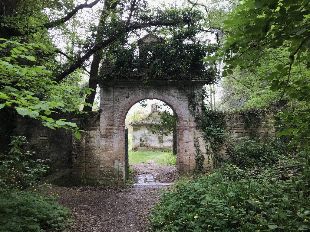Porta d'ingresso al complesso dell'Eremo dei Frati Bianchi