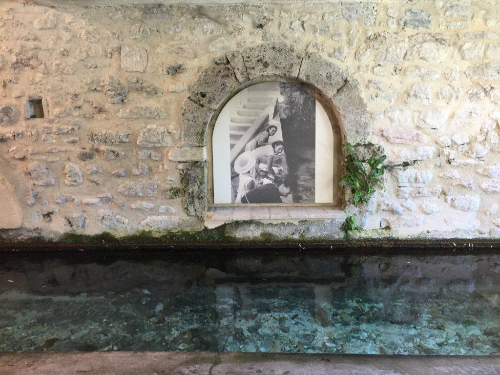 Foto di vita quotidiana sulle pareti di Rasiglia